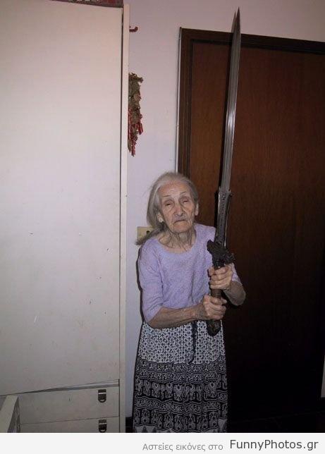 Γιαγιά με σπαθί
