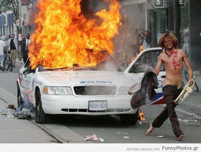 Ημίγυμνος διαδηλωτής με τρομπέτα