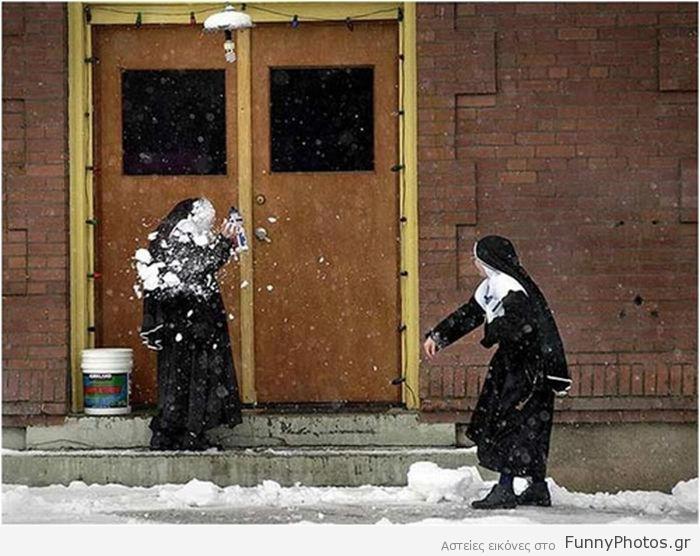 Καλόγριες παίζουν χιονοπόλεμο