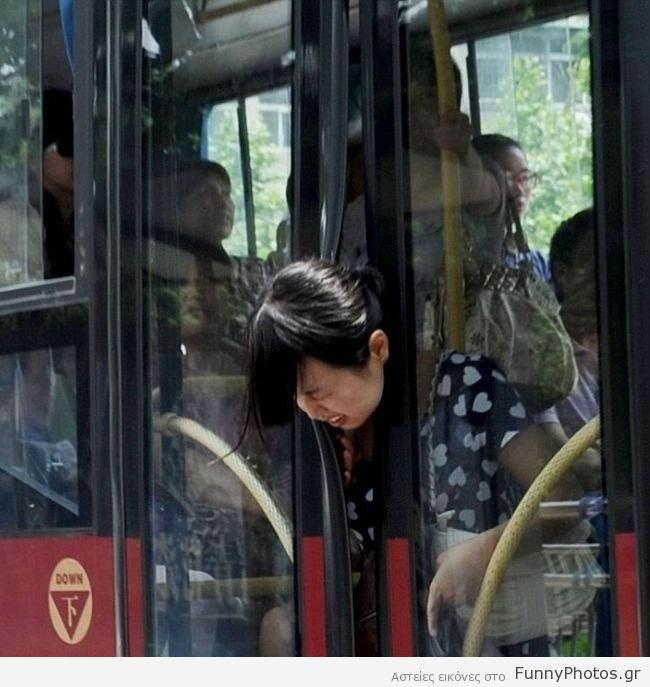 Κεφάλι πιασμένο σε πόρτα λεωφορείου