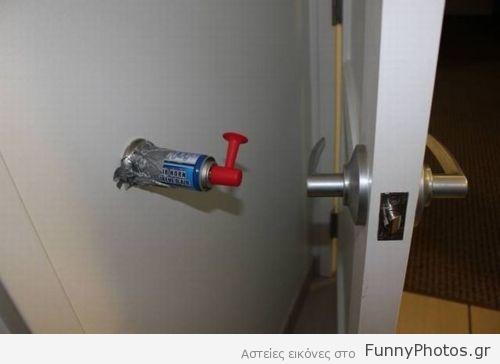 Κόρνα πίσω από πόρτα
