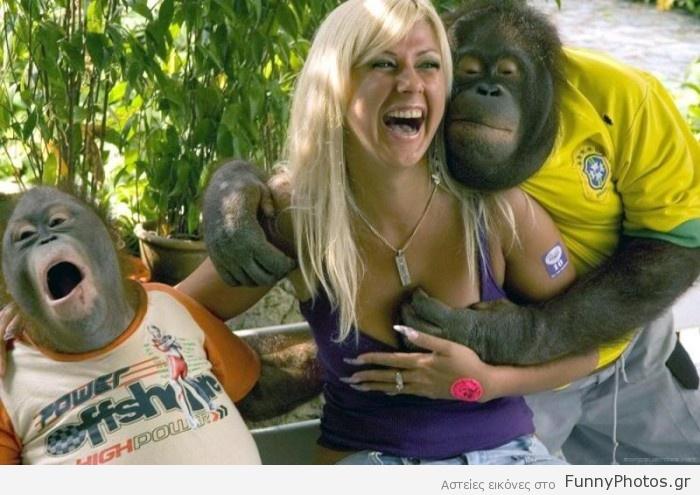 Πίθηκος χουφτώνει γκόμενα