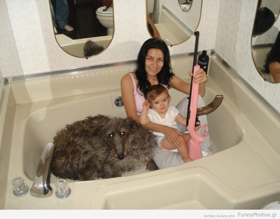 Γκόμενα, μωρό και σκυλί σε μπανιέρα